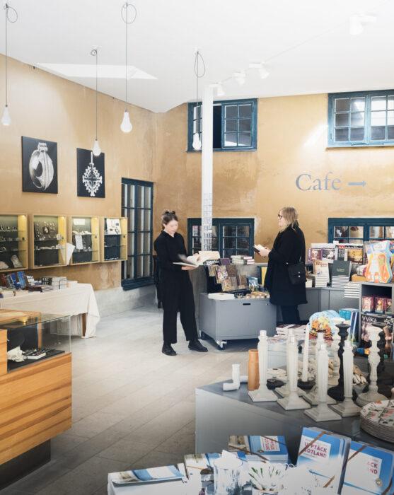 Kunder som handlar i Gotlands Museums butik