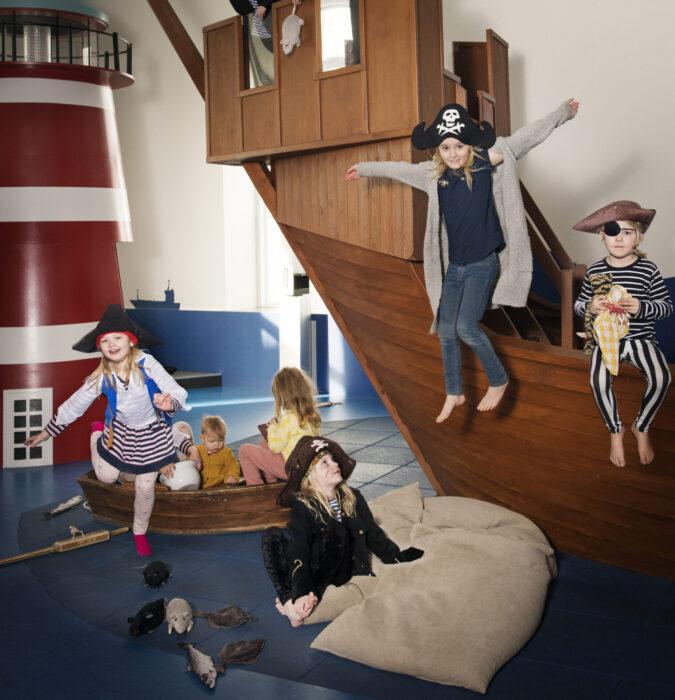 Barn som leker i utställningen Skepp & Skoj