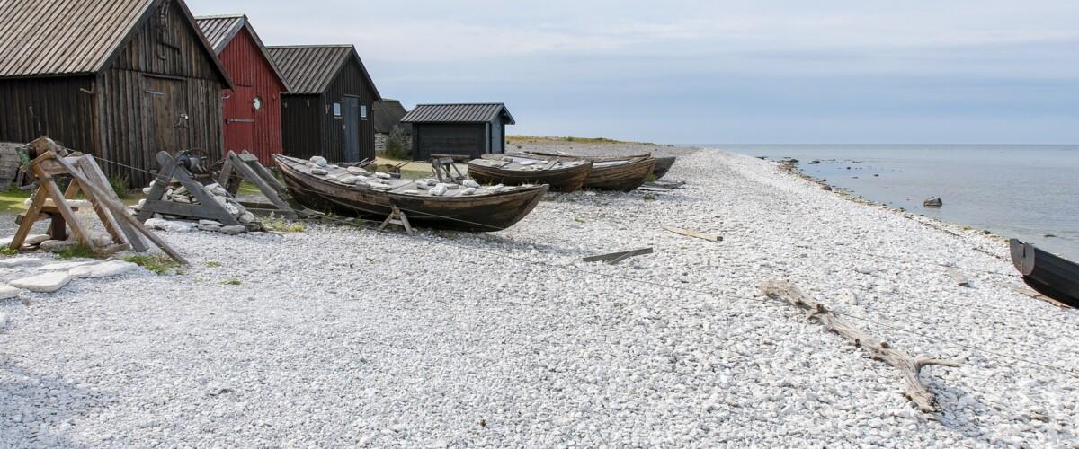Fiskeläge med båtar uppdragna på stranden
