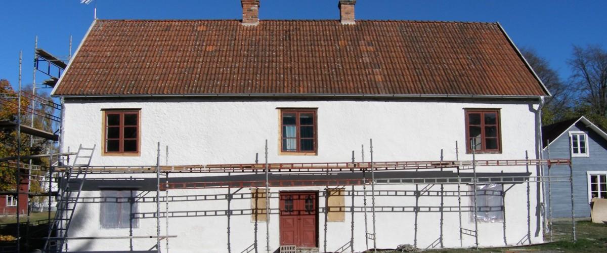Gotlandshus med byggnadsställningar
