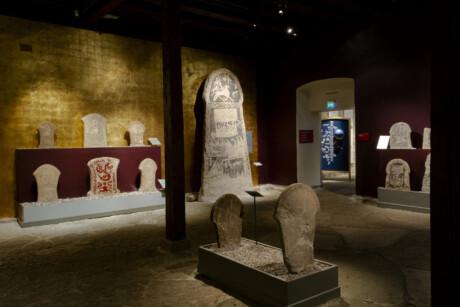https://www.gotlandsmuseum.se/wp-content/uploads/utstallningar-bildstenshallen-06.jpg